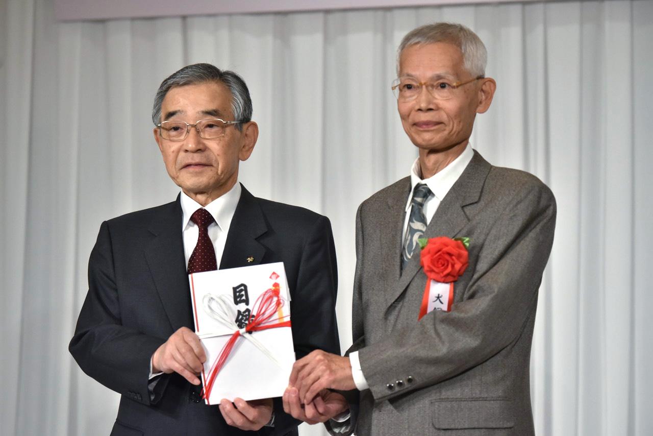 第6回 大賞を受賞した犬飼隆氏(右)
