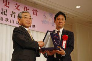大賞の田中史生氏に賞を贈呈する溝口島根県知事