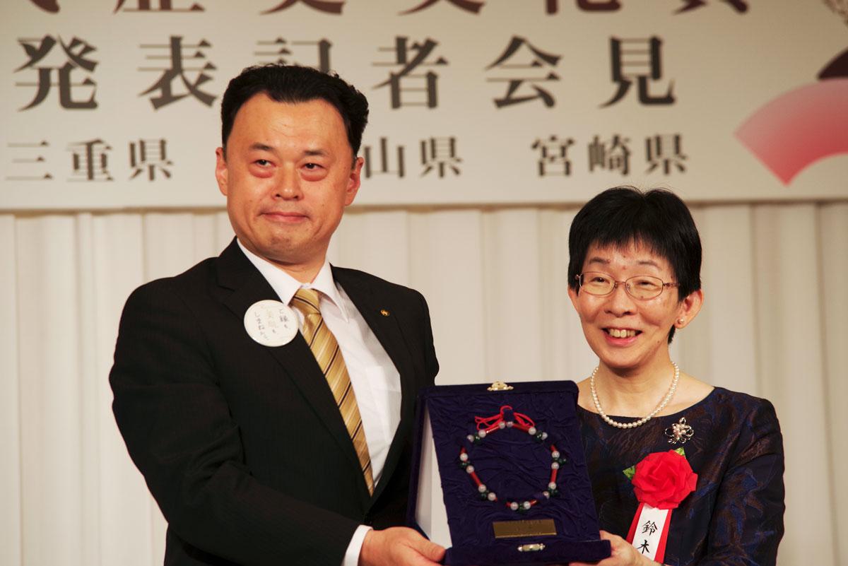 大賞を受賞した鈴木宏子氏(右)